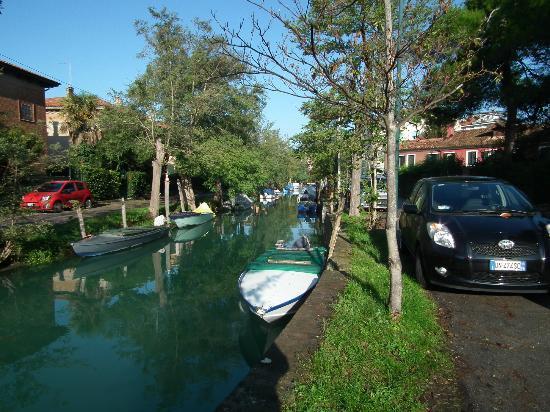 Hotel La Meridiana: The pleasant walk along Via Lepanto beside the canal