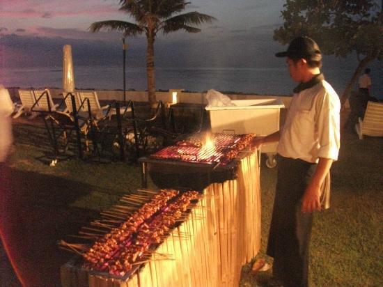 ديسكفري كارتيكا بلازا هوتل: BBQ on the beach at sunset