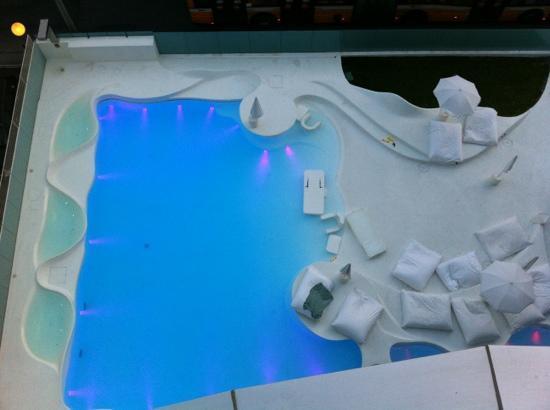 i-SUITE Design Hotel : la piscina vista dall'alto