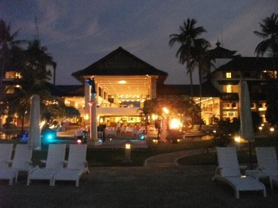 Discovery Kartika Plaza Hotel: Night view fro the pool