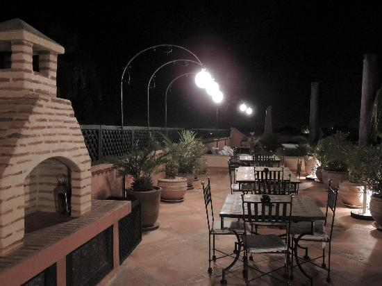 Riad l'Orangeraie: Night on the rooftop