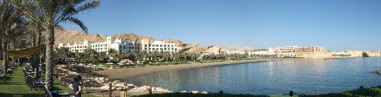 Shangri La Barr Al Jissah Resort & Spa-Al Bandar: View from al Waha overlooking beach and other hotels