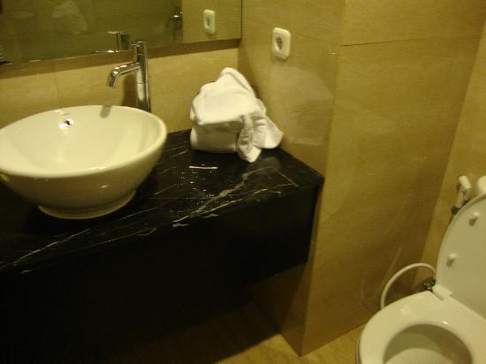 Hotel Santika Kuta Bali: Bathroom