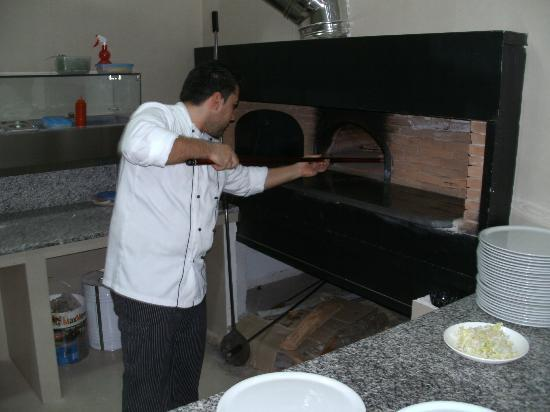 Vea Resort Hotel: Head Chef - personally demonstrating the use of the traditional pizza clay oven