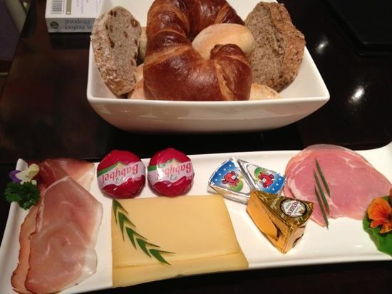 Hobo Bed and Breakfast: A great selection on fresh breads, meat and cheeses