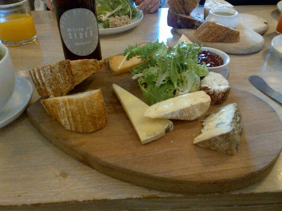 Daylesford Cafe: Excellent cheese board