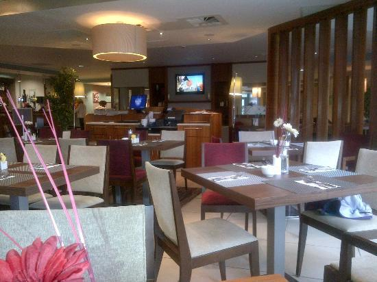 Hilton Garden Inn Luton North: eating area