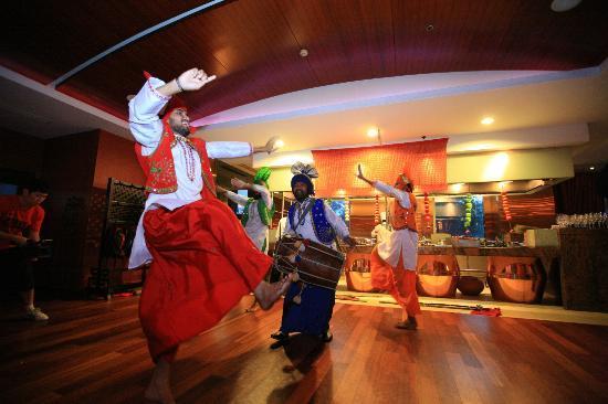 Tadka Rasoi Indian Restaurant: dance dance