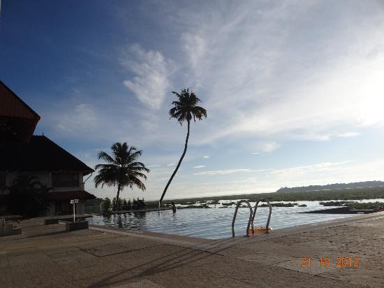 Lemon Tree Vembanad Lake Resort: Morning Sunrise