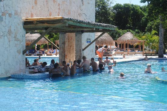bar de la piscina picture of grand sirenis riviera maya resort spa akumal tripadvisor. Black Bedroom Furniture Sets. Home Design Ideas