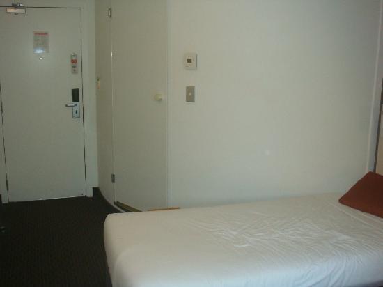 Ibis Auckland Ellerslie : Door to bathroom and entry