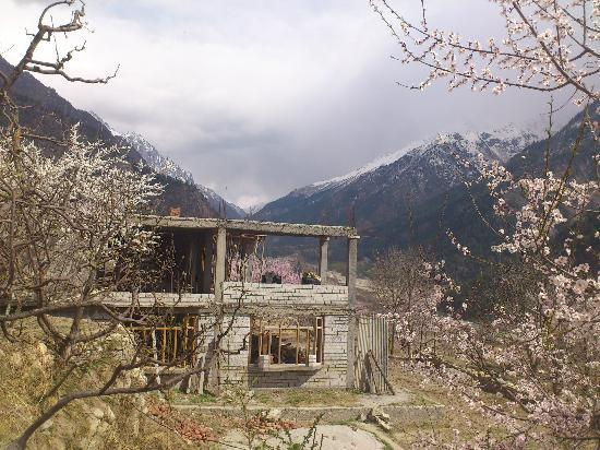 Shruti Guest House: View of the valley from the lawn