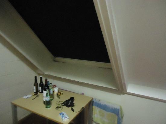 Bruegel Youth Hostel: Fenster undicht Schimmel und Lackspatung