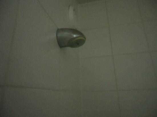 Bruegel Youth Hostel: Dusche mit Sparknopf nicht zu verstellen