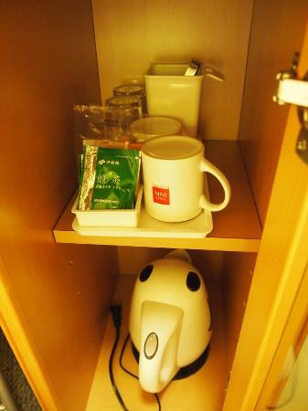 Osaka Tokyu REI Hotel: Kettle and complimentary drinks