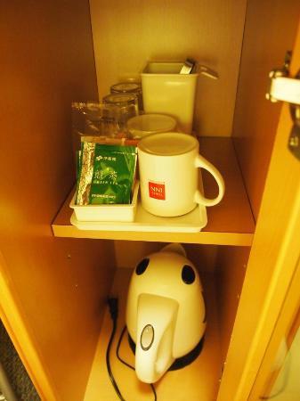 โอซาก้า โตเกียว อินน์: Kettle and complimentary drinks