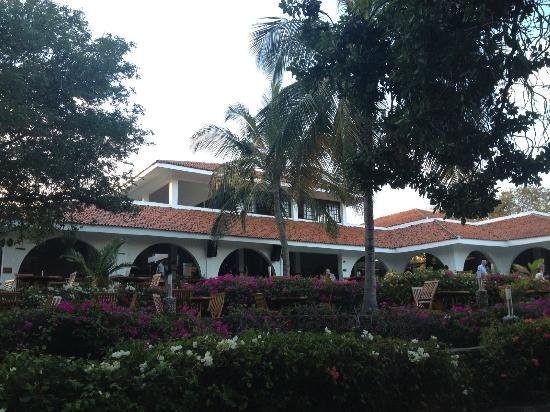 Diani Sea Resort: Hotel from the garden