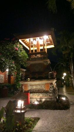 Bali Mandira Beach Resort & Spa: Lighting In Grounds Area