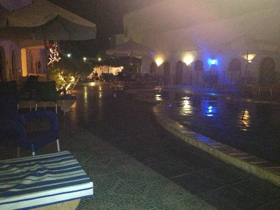 Dahab Plaza Hotel: The pool/hotel at night :)