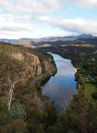 Shingles Riverside Cottages: view downstream from Pulpit lookout across the Derwent river