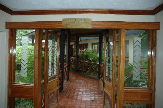 Jacaranda Nairobi Hotel: Way to the dining hall from 'Safari Lounge'