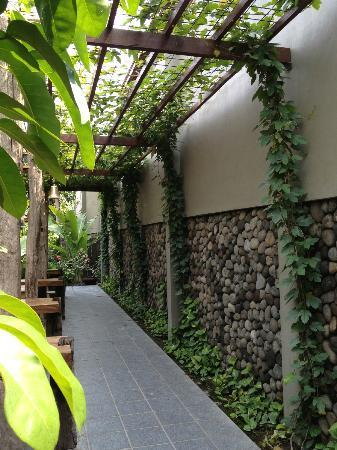 Rumah Batu Villa dan Spa: outside resto alley