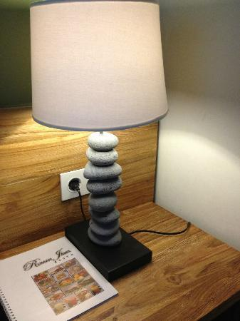 Rumah Batu Villa & Spa: the nice bedside lamp