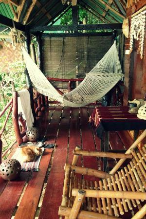 Viking Natures Resort: notre balcon avec hamac et petite chaise vue sur mer