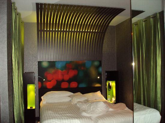Hotel Sublim Eiffel: COQUETA HABITACION CON LUCES DE COLORES