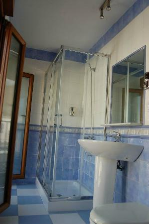 Mariami Hotel: Baño completo exterior