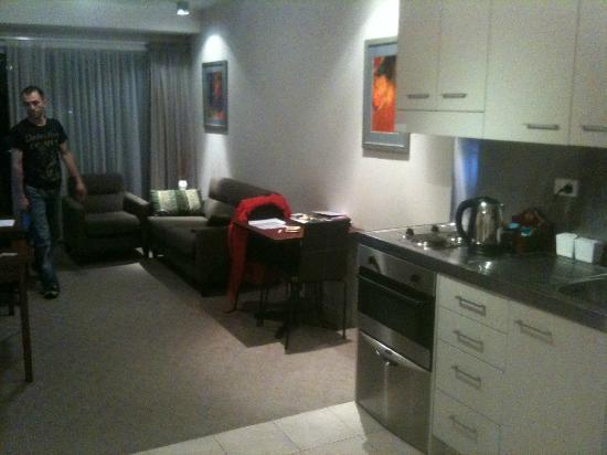 VR Auckland City: the more spacious double room lounge room