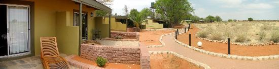 Kalahari Anib Lodge: Buildung from front