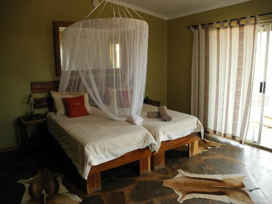 Kalahari Anib Lodge: bed with moskitonet