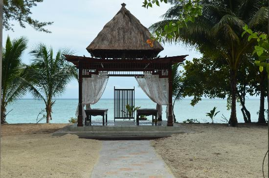 The Reef Dive Resort: Massage chalet overlooking beach