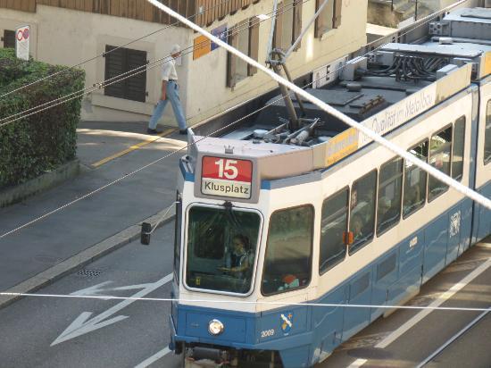 California House: uno dei tram che passano sotto l'hotel