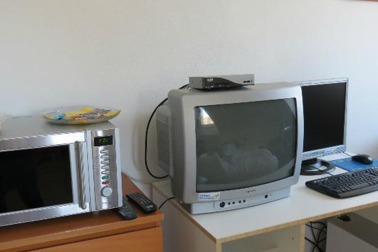California House: forno a microonde tv e computer con connessione internent wifi
