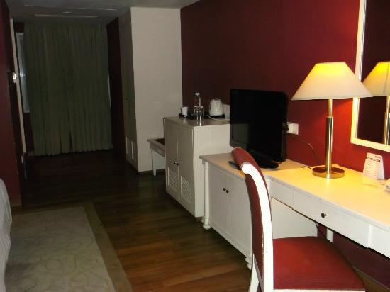 Minerva Grand Banjara: Opposite side of the room
