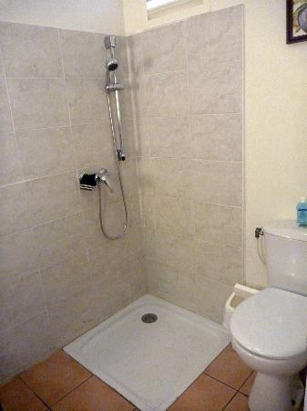 Pierre & Vacances Village Club Sainte Luce: D'après P & V, c'est une salle de bain pour personne à mobilité réduite (paraplégie)