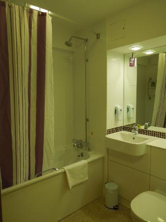 Premier Inn Edinburgh City Centre (Princes Street) Hotel: Banheiro grande, limpo e funcional