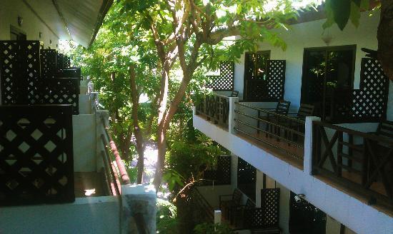 Ark Bar Beach Resort: Hotelzimmer im oberen Stock, Ausblick vom Balkon in Richtung des Strandes