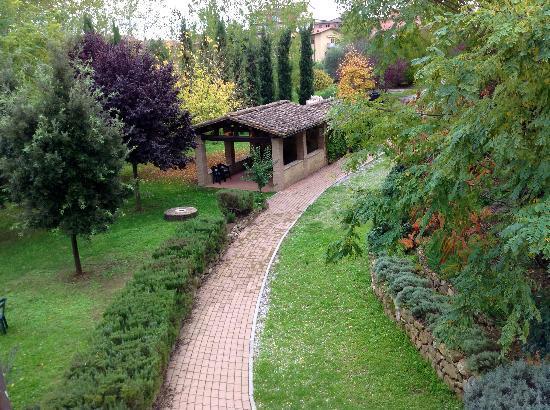 Tana de' Lepri: Veduta dell'ingresso al residence con il complesso alle spalle
