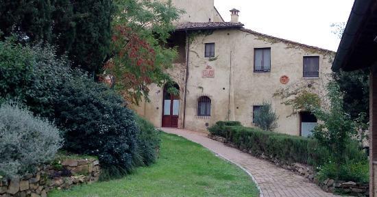 Tana de' Lepri: Viale d'ingresso con veduta parziale del residence