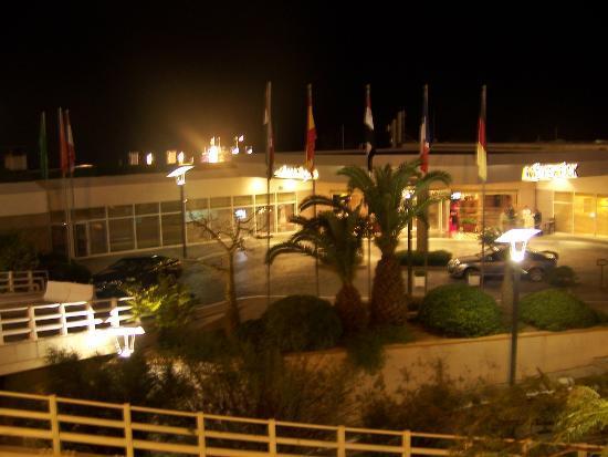 Mövenpick Hotel Beirut: entrée de nuit