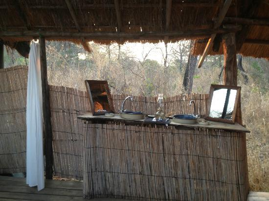 Bua River Lodge: His n Hers sinks