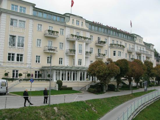 Hotel Sacher Salzburg: View of the hotel from the bridge