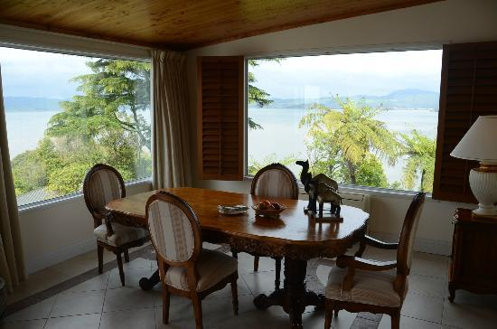 Peppers on the Point - Lake Rotorua: Honeymoon suite dining room