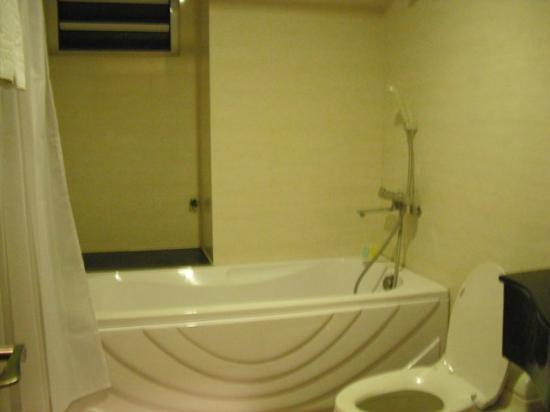 Time Square Hotel: Surprising spacious bathroom in a small hotel!