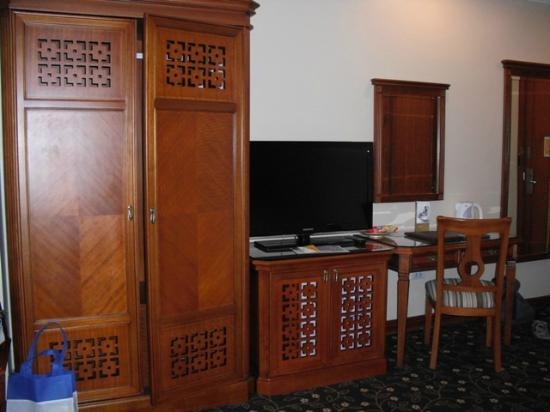 A25 Hotel: Teak wood furniture in Deluxe room
