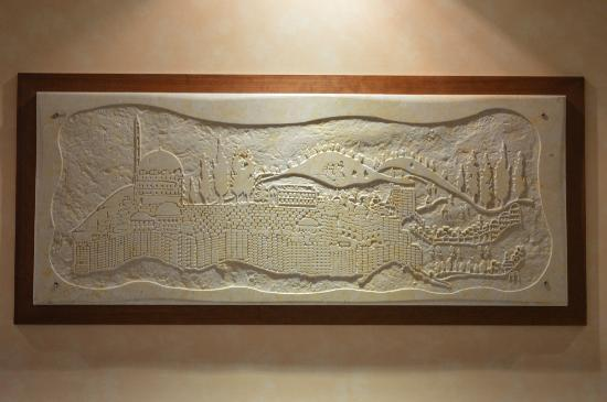 Leonardo Plaza Hotel Jerusalem: Stone wall hanging in room