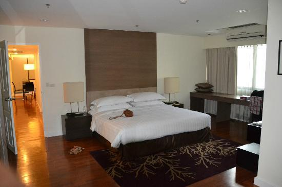 Phachara Suites: The main bedroom